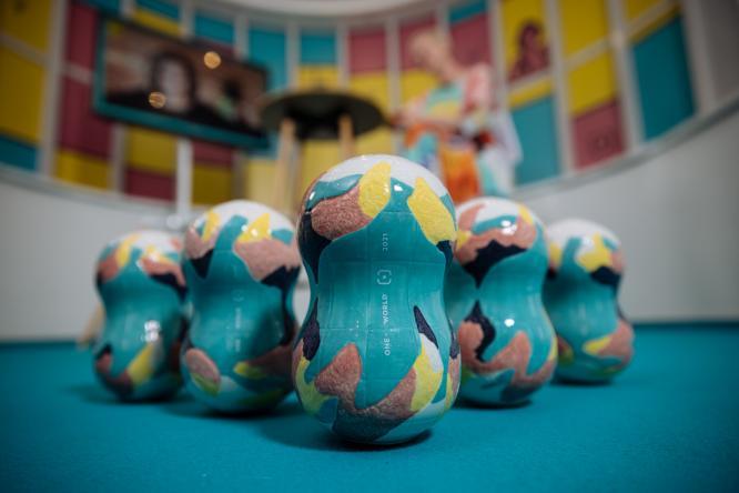 Sošky cen festivalu Jeden svět 2021 ve tvaru zeměkoule./Statuettes of the One World 2021 festival awards.